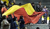 BOGOTA - COLOMBIA - 25-02-2013: Hinchas de Piratas de Bogotá anima a su equipo durante partido contra Halcones de Cúcuta febrero 25 de 2013. Piratas y Halcones en tercera partido de  la Liga Directv Profesional de baloncesto en partido jugado en el Coliseo El Salitre. (Foto: VizzorImage / Luis Ramírez / Staff). Fans of Piratas of Bogota cheers for their team during a match against Halcones from Cucuta, February 25, 2013. Pirates and Halcones in the third match the Directv Professional League basketball, game at the Coliseum El Salitre. (Photo: VizzorImage / Luis Ramirez / Staff). .......