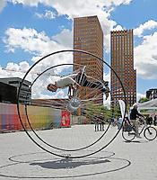 Nederland Amsterdam 2016 07 14. Evenement Zuidas Fietst. Van 12 tot en met 14 juli staat de Zuidas volledig in het teken van de fiets en wordt een ode gebracht  aan de fietscultuur. Maik ter Veer rijdt een parcours op de Dicyclet en doet stunts en salto's op deze fiets . Foto Berlinda van Dam / Hollandse Hoogte