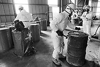 - unload of toxic refusals cans found on the motor-ship Karin B that transported them clandestinely....- Scarico dei fusti di rifiuti tossici trovati sulla motonave  Karin B che li trasportava clandestinamente........