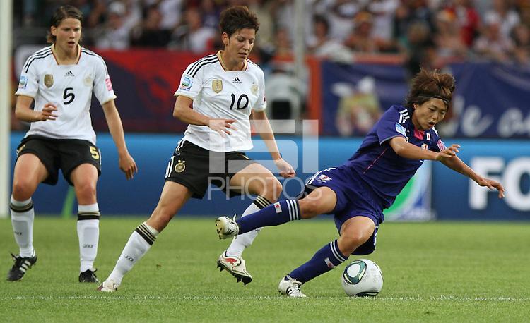 Wolfsburg , 100711 , FIFA / Frauen Weltmeisterschaft 2011 / Womens Worldcup 2011 , Viertelfinale ,  Deutschland (GER) - Japan (JPN) .Linda Bresonik (GER) gegen Kozue Ando (JPN) .Foto:Karina Hessland .