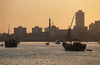 """Asie/Inde/Maharashtra/Bombay: Coucher de soleil sur le port avec la ville en fond et les voiliers traditionnels """"Dhow"""""""