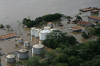 RONDÔNIA, RO, BRASIL – 28-03-2014 - O Rio Madeira, em Rondônia, já marca 19,68m. Os dados são da Agência Nacional de Águas (ANA). O maior registro até então era de 17,52m, aferido no dia 08 de abril de 1997. A diferença hoje é de 2,16m acima dessa que foi considerada a maior de todas as enchentes e vem aumentando a uma média de cinco centímetros por dia. Já são diversos municípios atingidos pela cheia histórica. Além de Porto Velho, Guajará-Mirim, Nova Mamoré, Rolim de Moura, Ji-Paraná e Cacoal, já foram atingidos pelas águas. Isso sem falar dos Distritos do Baixo Madeira, Vista Alegre do Abunã, São Carlos e Vila de Nazaré, e Distritos ao longo da BR 364, Jacy-Paraná, Extrema, Mutum. De acordo com o Governo do Estado de Rondônia, já são cerca de 20 mil atingidos.