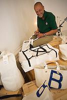 """Europe/France/Bretagne/35/Ille et Vilaine/Saint-Malo:  Yann Lenabour  """" de Vent de Voyage""""  -  Création artisanale de sacs et accesoires de décoration à partir  des voiles des navires  qui aprés de mémorables navigations trouvent une nouvelle fonction"""