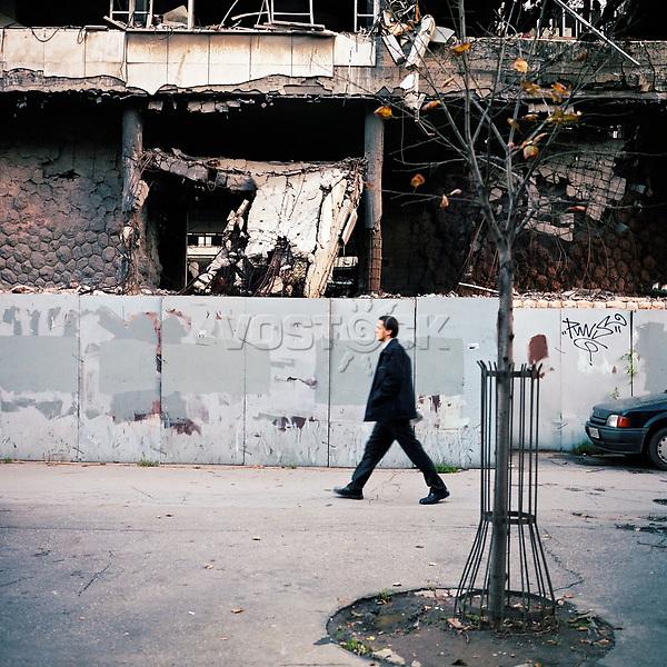 Belgrad, Serbien, 10/2005. Eines der bei den Nato-Luftangriffen 1999 zerstoerten Gebaeude im Zentrum von Belgrad. europa europaeisch suedosteuropa suedosteuropaeisch beograd ex jugoslawien jugoslawisch jugoslawische serbisch serbische aussenaufnahme aussen draussen stadt hauptstadt einwohner bewohner bevoelkerung serben strasse strassenszene mensch balkan vergangenheit geschichte passant mann stadtbild kosovo krieg kosovokrieg kriegsfolgen zerbombt zerstoerungen zerstoerung zerstoert zerstoerte zerstoertes gebaeude ruine kaputt nato luftangriffe luftangriff luftschlaege luftschlag bomben balkankrieg balkankriege spuren zeichen konflikt erinnerung quadratisch farbe MF. One of the buildings that were destroyed during Nato air strikes on Belgrade in 1999. serbia belgrade nato 99 bombardment ruin building destruction destroy past kosovo war air strike daily life lifestyle population serbian serb serbs city capital inhabitant outside exterior square balkans europe european southeastern former yugoslavia street center central traces trace recent history conflict ruins man one passer by(Bildtechnik: sRGB, 48.89 MByte vorhanden)