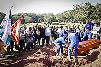 SAO PAULO, SP, 18.07.2013 - SEPULTAMENTO REI MOMO - Familiares e amigos durante sepultamento de Wagner Santos, o Rei Momo do Carnaval 2012 de São Paulo no cemiterio São Pedro na Vila Alpina zona leste na manha desta quinta feira.FOTO ALE VIANNA - BRAZIL PHOTO PRESS.