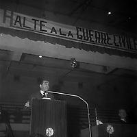 Halle aux Grains, place Dominique-Martin-Dupuy. 20 janvier 1962. Vue de Pierre Mendès France faisant un discours lors d'un meeting du Parti Socialiste Unifié (PSU) contre la guerre en Algérie en présence de Raymond Badiou.