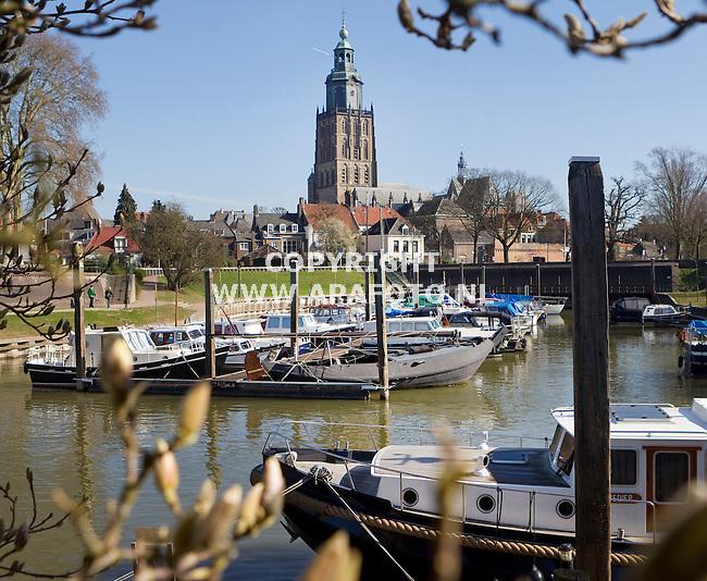 Zutphen, 240311<br /> Vispoortgracht met in de achtergrond de Walburgiskerk.<br /> Foto: Sjef Prins - APA Foto
