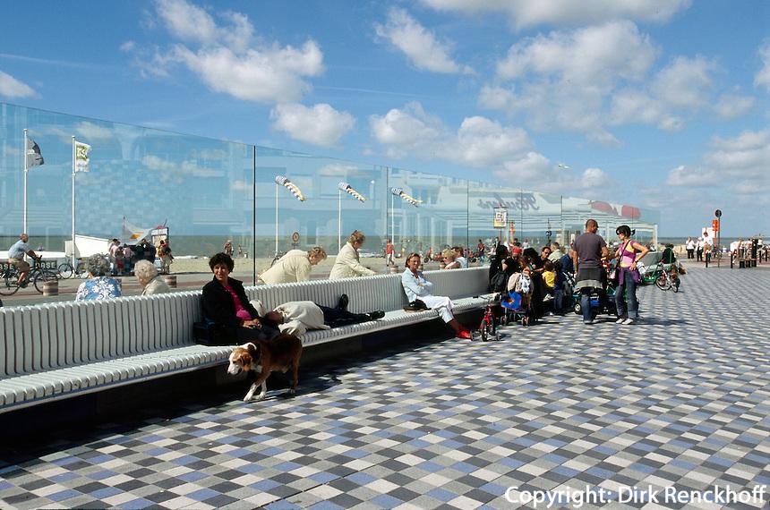 Belgien, Flandern, Touristen am Rubensplein (Rubensplatz) in Knokke
