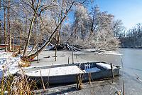 Von Schnee bedecktes Boot im Göttiner See, Dorf Göttin, Insel Töplitz, Werder/Havel, Potsdam-Mittelmark, Havelland, Brandenburg, Deutschland