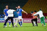 BOGOTA -COLOMBIA, 10-08-2016. Hinchas inconformes de Millonarios invaden el campo de juego para agredir a los jugadores. Acción de juego entre  Millonarios   y el  Bucaramanga  durante el encuentro  por la fecha 14 de la Liga Aguila II 2016 disputado en el estadio Nemesio Camacho El Campín./ nconformes Millonarios fans invade the pitch to attack players. Actions game between  Millonarios and Bucaramanga  fights the ball l against  of Bucarmanga    during match for the date 14 of the Aguila League II 2016 played at Nemesio Camacho El Campin stadium . Photo:VizzorImage / Christian  Álvarez / Contribuidor