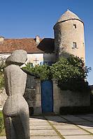 Europe/France/Midi-Pyrénées/46/Lot/Les  Arques: Tour du Doyen et Statue de Zadkine:Jeune fille à l'oiseau 1955- Granit - Mention Obligatoire - Copyright ADAGP - Droit à verser ADAGP