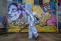 RJ. Rio de Janeiro. 20/05/2020 COVID-19 Para suprir a precariedade e a ausência do estado moradores da favela do Santa Marta, Botafogo, zona sul se reúnem para fazer uma higienização na comunidade para barrar o avanço do novo coronavírus nesta quarta-feira, (20).