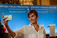 UNE JOURNALISTE DE TELE MONT BLANC FAIT SON REPORTAGE - 34EME SOMMET FRANCO-ITALIEN A LYON