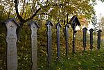 DEU, Deutschland, Bayern, Niederbayern, Naturpark Bayerischer Wald, bei Frauenau: Totenbretter (auch Leichenbretter, Reebretter oder Rechbretter genannt) | DEU, Germany, Bavaria, Lower-Bavaria, Nature Park Bavarian Forest, near Frauenau: memorial boards