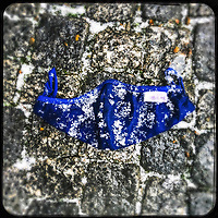 Eine gebrauchte medizinische Schutzmaske liegt auf der Strasse in Berlin.<br /> 18.1.2021, Berlin<br /> Copyright: Christian-Ditsch.de