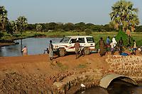 SOUTH SUDAN Lake States, road between Rumbek and Juba at Bamam bridge / SUED SUDAN Bahr el Ghazal Region , Lakes State, Bamam Bruecke, Strasse zwischen Rumbek und Juba, provisorische Bruecke ueber einen Fluss