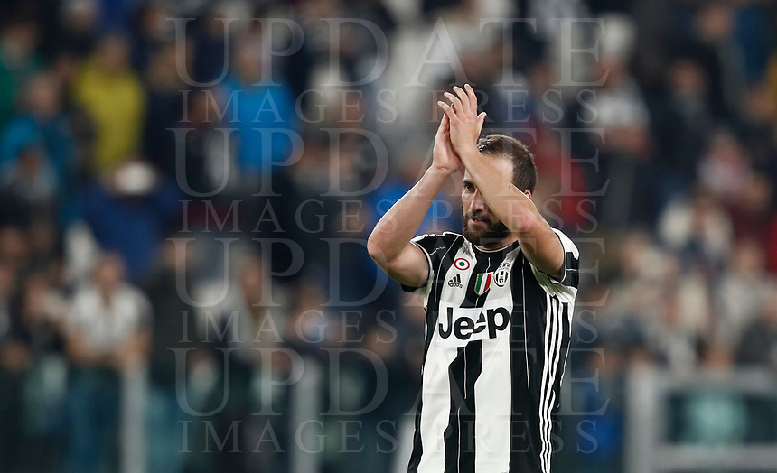 Calcio, Serie A: Torino, Juventus Stadium, 6 maggio 2017. <br /> Juventus' Gonzalo Higuain greets supporters at the end of the Italian Serie A football match between Juventus and Torino at Torino's Juventus stadium, May 6, 2017.<br /> UPDATE IMAGES PRESS/Isabella Bonotto