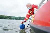 Leeheim 24.06.2021: DLRG-Bootsführer<br /> Matthias Hrobarsch bei der Mann-über-Bord/Mann-im-Wasser Rettungsübung<br /> Foto: Vollformat/Marc Schüler, Schäfergasse 5, 65428 R'eim, Fon 0151/11654988, Bankverbindung KSKGG BLZ. 50852553 , KTO. 16003352. Alle Honorare zzgl. 7% MwSt.