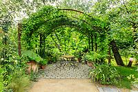 France, Loir-et-Cher (41), Chaumont-sur-Loire, domaine de Chaumont-sur-Loire, dans les prés du Goualoup, le jardin anglais (jardin permanent), tonnelle