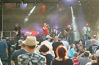Die Crackers mit Sänger Loti Pohl auf der Bühne des Waldschwimmbads - Mörfelden-Walldorf 18.07.2021: Konzert Crackers