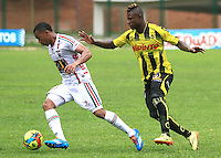 FLORIDABLANCA -COLOMBIA, 28-09-2014.  Dairon Asprilla (Der) jugador de Alianza Petrolera disputa el balón con Cesar Hinestroza (Izq) de Patriotas FC durante encuentro  por la fecha 12 de la Liga Postobon II 2014 disputado en el estadio Alvaro Gómez Hurtado de la ciudad de Floridablanca./ Dairon Asprilla (R) player of Alianza Petrolera fights for the ball with Cesar Hinestroza (L) player of Patriotas FC during match for the 12th date of the Postobon League II 2014 played at Alvaro Gomez Hurtado stadium in Floridablanca city Photo:VizzorImage / Duncan Bustamante / STR