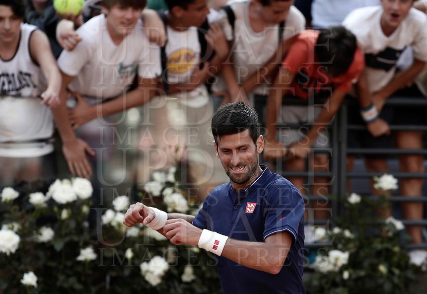 Il tennista serbo Novak Djokovic esulta dopo aver vinto un match nel corso degli Internazionali d'Italia di tennis a Roma, 18 maggio <br /> Serbian tennis player Novak Djokovic celebrates after winning a match during the italian Masters tennis in Rome, on May 18,2017.<br /> UPDATE IMAGES PRESS/Isabella Bonotto