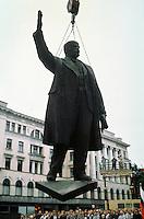 LETTLAND, 24./25.08.91.Riga.Waehrend des Anti-Gorbatschow-Putsches versuchen sowjetische Truppen, die Kontrolle über Riga zu erhalten, mit dem Scheitern des Putsches gewinnt Lettland endgueltig seine Unabhaengigkeit. - Wenige Tage spaeter wird die Leninstatue auf dem Freiheitsboulevard gestuerzt. Die Maenner arbeiten die ganze Nacht mit ihren Schneidbrennern. Erst am Morgen wird Lenin herabgehoben und abtransportiert..During the anti-Gorbachev-coup Soviet troops try to obtain control of Riga. With the failure of the coup Latvia finally regains its independence. - A few days later the Lenin statue on Liberty avenue is toppled. The men weld and cut the whole night. The morning hours see Lenin removed and taken away..© Martin Fejer/EST&OST