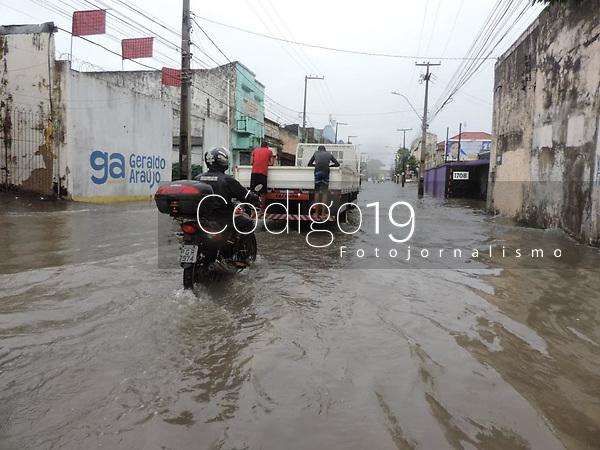 Recife (PE), 14/05/2021 - Clima-Recife - Chuvas fortes continuam em Recife,  nesta sexta-feira (14) causando alagamento avenida Sul, centro do Recife. Pessoas aproveitam para resgastar placas de veículos e revender aos donos.