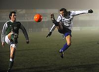 KM Torhout - KSV Temse..Tim Scheers (rechts) probeert de bal uit de lucht te halen voor Jens Noppe (links) er aan kan...foto VDB / BART VANDENBROUCKE