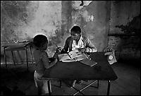 Mozambico,maestra e alunno in una scuola elementare a Maputo