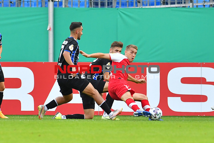 13.09.2020, Carl-Benz-Stadion, Mannheim, GER, DFB-Pokal, 1. Runde, SV Waldhof Mannheim vs. SC Freiburg, <br /> <br /> DFL REGULATIONS PROHIBIT ANY USE OF PHOTOGRAPHS AS IMAGE SEQUENCES AND/OR QUASI-VIDEO.<br /> <br /> im Bild: Nils Petersen (#18, SC Freiburg) gegen Onur Uenluefcifci (SV Waldhof Mannheim #7) und Jan Just (SV Waldhof Mannheim #22)<br /> <br /> Foto © nordphoto / Fabisch