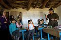 Iraq 2010 .Hoshyar Ali, deminer, showing a mine to the schoolchildren of Hoshyari.Irak 2010.Hoshyar Ali, demineur, montre une mine aux enfants de l'ecole de Hoshyari