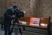 """Mit einer Plakat-Kampagne wollen die evangelische und katholische Kirche im Jahr 2021 ein sichtbares Zeichen gegen Antisemitismus setzen. Sie wendet sich insbesondere an die Gemeinden und kirchlichen Einrichtungen. Kernanliegen der Kampagne ist es, die Gemeinsamkeiten zwischen Juden und Christen in den Festen und im religioesen Leben aufzuzeigen, um gegen den zunehmenden Antisemitismus klar Stellung zu beziehen, der auch christliche Wurzeln hat.<br /> Im Bild: Ein Kameramann filmt das Plakat """"Wir trinken auf das Leben - Purim beziehungsweise Karneval"""".<br /> 11.11.2020, Berlin<br /> Copyright: Christian-Ditsch.de"""