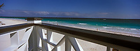 Iles Bahamas /Ile d'Eleuthera/Harbour Island/Dunmore Town: terrasse du restaurant de Plage de l'Hotel Coral Sands sur la célèbre plage de Pink Sand  // Bahamas Islands / Eleuthera Island / Harbor Island / Dunmore Town: Terrace of the Coral Sands Beach Restaurant on the famous Pink Sand Beach
