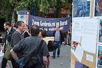 Mahnwache der Initiative fuer die Aufklaerung des Mordes an Burak B. am 5. September 2014 am Kottbusser Tor in Berlin-Kreuzberg. Ca. 35 Menschen nahmen an der Manhwache teil und verteilten Informationsmaterial der Initiative.<br /> Der Berliner Jugendliche Burak B. wurde in der Nacht vom 4. auf den 5. April 2012 in Berlin-Neukoelln erschossen, als er mit einer Gruppe Freunde an einer Bushaltestelle stand. Der unbekannte Moerder verletzte zudem Buraks Freunde Alex A. und Jamal A. lebensgefaehrlich.<br /> 5.9.2014, Berlin<br /> Copyright: Christian-Ditsch.de<br /> [Inhaltsveraendernde Manipulation des Fotos nur nach ausdruecklicher Genehmigung des Fotografen. Vereinbarungen ueber Abtretung von Persoenlichkeitsrechten/Model Release der abgebildeten Person/Personen liegen nicht vor. NO MODEL RELEASE! Don't publish without copyright Christian-Ditsch.de, Veroeffentlichung nur mit Fotografennennung, sowie gegen Honorar, MwSt. und Beleg. Konto: I N G - D i B a, IBAN DE58500105175400192269, BIC INGDDEFFXXX, Kontakt: post@christian-ditsch.de<br /> Urhebervermerk wird gemaess Paragraph 13 UHG verlangt.]
