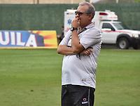 MONTERIA - COLOMBIA, 17-04-2019: Oscar Upegui técnico de Jaguares gesticula durante el partido por la fecha 16 de la Liga Águila I 2019 entre Jaguares de Córdoba F.C. y Envigado F.C. jugado en el estadio Jaraguay de la ciudad de Montería. / Oscar Upegui coach of Jaguares gestures during match for the date 16 as part Aguila League I 2019 between Jaguares de Cordoba F.C. and Envigado F.C. played at Jaraguay stadium in Monteria city. Photo: VizzorImage / Andres Felipe Lopez / Cont