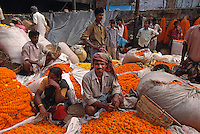 Blumenmarkt an der Howrah-Brücke, Kalkutta (Kolkata), Indien