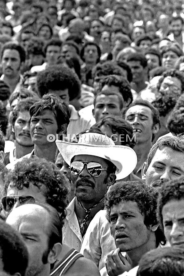Assembleia de metalurgicos do Abc no estadio de Vila Euclides. SBC. 1980. Foto de Juca Martins.