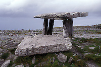 AJ0941, Europe, Republic of Ireland, Ireland, Poulnabrone Dolmen a 3000 BC table shaped stone tomb in The Burren in County Clare.