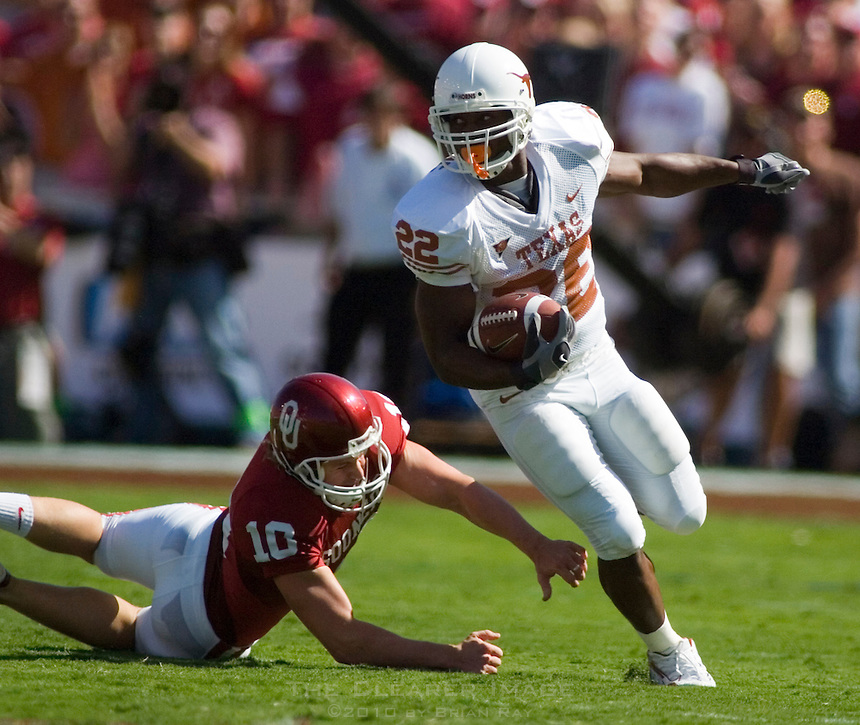 07 October 2006: Texas back Selvin Young (#22) slips past Oklahoma kicker Garrett Hartley (#10) as he returns a kickoff during the Longhorns game against the University of Oklahoma Sooners at the Cotton Bowl in Dallas, TX.