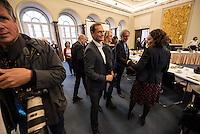 Koalitionsverhandlung zwischen SPD, Gruenen und Linkspartei zur Bildung einer Koalitionsregierung in Berlin.<br /> Am Montag den 10. Oktober 2016 setzte die Berliner SPD mit den Vertretern der Gruenen und der Linkspartei die Verhandlungen fuer eine Rot-Rot-Gruene Koalition in Berlin fort.<br /> Im Bild: Buergermeister Michael Mueller (SPD) begruesst die Mitglieder der Verhandlungsfraktionen.<br /> 10.10.2016, Berlin<br /> Copyright: Christian-Ditsch.de<br /> [Inhaltsveraendernde Manipulation des Fotos nur nach ausdruecklicher Genehmigung des Fotografen. Vereinbarungen ueber Abtretung von Persoenlichkeitsrechten/Model Release der abgebildeten Person/Personen liegen nicht vor. NO MODEL RELEASE! Nur fuer Redaktionelle Zwecke. Don't publish without copyright Christian-Ditsch.de, Veroeffentlichung nur mit Fotografennennung, sowie gegen Honorar, MwSt. und Beleg. Konto: I N G - D i B a, IBAN DE58500105175400192269, BIC INGDDEFFXXX, Kontakt: post@christian-ditsch.de<br /> Bei der Bearbeitung der Dateiinformationen darf die Urheberkennzeichnung in den EXIF- und  IPTC-Daten nicht entfernt werden, diese sind in digitalen Medien nach §95c UrhG rechtlich geschuetzt. Der Urhebervermerk wird gemaess §13 UrhG verlangt.]