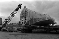 Usine Sud-Aviation (Blagnac). 31 mars 1967. Vue d'ensemble du convoi de transport d'un élément du Concorde : morceau du fuselage enveloppé et posé sur la remorque d'un camion, grue de levage. Cliché pris avant le départ d'un nouveau tronçon de l'avion de l'usine Sud-Aviation de Blagnac vers les installations du Centre d'Essais Aéronautiques de Toulouse (CEAT) à Balma.