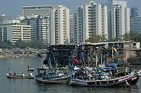 Asie/Inde/Bombay : Contraste de Bombay village de pêcheurs à Machimar Village et building de la ville