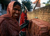 Delhi /  India.Scene di vita quotidiana. Nella fotografia donne al lavoro in una fabbrica di mattoni..Foto Livio Senigalliesi..Delhi /  India.Scenes of daily life. In the picture women at work in a brick factory..Photo Livio Senigalliesi.