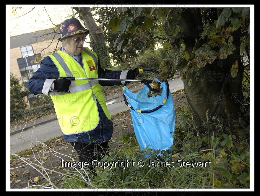 22/10/2007       Copyright Pic: James Stewart.File Name : 04_Larbert_Litter.MEMBERS OF THE PUBLIC GET TOGETHER ON THE STREETS AROUND LARBERT TO COLLECT LITTER.James Stewart Photo Agency 19 Carronlea Drive, Falkirk. FK2 8DN      Vat Reg No. 607 6932 25.Office     : +44 (0)1324 570906     .Mobile   : +44 (0)7721 416997.Fax         : +44 (0)1324 570906.E-mail  :  jim@jspa.co.uk.If you require further information then contact Jim Stewart on any of the numbers above........