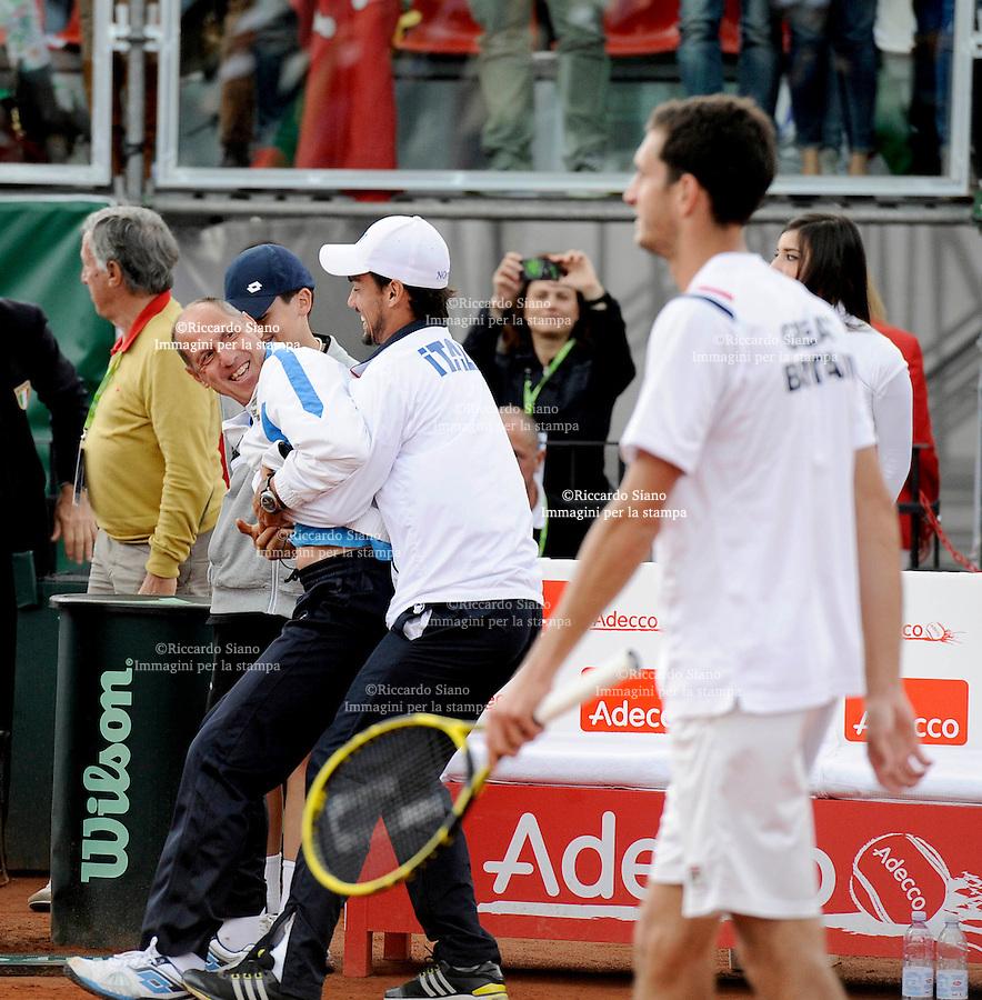 - NAPOLI 6 APR -   Terza  giornata della sfida di Coppa Davis tra Italia e Gran Bretagna, nella foto   l'incontro  tra  Andreas Seppi    contro James Ward l'esultanza azzurri con barazzutti e Fognini sotto gli occhi di Wars