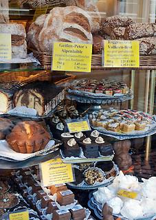 Germany, Baden-Wuerttemberg, Heidelberg: bakery display window with bread and cakes   Deutschland, Baden-Wuerttemberg, Heidelberg: Konditorei-Schaufenster mit Brotwaren und Kuchen
