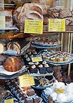 Germany, Baden-Wuerttemberg, Heidelberg: bakery display window with bread and cakes | Deutschland, Baden-Wuerttemberg, Heidelberg: Konditorei-Schaufenster mit Brotwaren und Kuchen