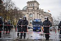 """Sogenannten """"Querdenker"""" sowie verschiedene rechte und rechtsextreme Gruppen hatten fuer den 18. November 2020 zu einer Blockade des Bundestag aufgerufen. Sie wollten damit verhindern, dass es """"eine Abstimmung ueber das Infektionsschutzgesetz"""" gibt - unabhaengig ob es diese Abstimmung tatsaechlich gibt.<br /> Bereits in den Morgenstunden versammelten sich ca. 2.000 Menschen, wurden durch Polizeiabsperrungen jedoch gehindert zum Reichstagsgebaeude zu kommen. Sie versammelten sich daraufhin u.a. vor dem Brandenburger Tor.<br /> Im Bild: Polizei mit Wasserwerfer vor dem Reichstagsgebaeude.<br /> 18.11.2020, Berlin<br /> Copyright: Christian-Ditsch.de"""