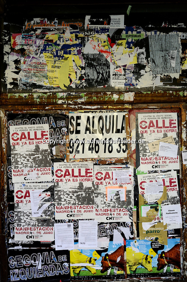 Plakatwand: SPANIEN, KASTILIEN LEON, SEGOVIA, 28.07.2011: A lot, Abundance, Ads, Advert,  Advertisement,  Advertisements, Advertising,  Adverts,  Alt,  Alte,  Altes,  Angeschnitten,  Anonoymitaet,  Anonym,  Anonymitaet,  Anonymity,  Anonymous,  Anschlagbrett,  Anschnitt,  Aufschrift,  Aushang,  Ausschnitt,  Beschriftet,  Beschriftung Beschriftungen Bountiful Bounty Brick laying Bricklaying Bulletin board Bulletin boards Bulletinboard City life City scene City scenery Close Close Communicate,  Communicating,  Communication,  Cropped Detail,  Detailansicht,  Detailaufnahme,  Detailaufnahmen,  Detailed,  Details,  Down at heel, Foto, Fotografie, Fotografien, Fotographie, Fotos, Fuelle, Grossaufnahme, Grossaufnahmen,  Heruntergekommen, Heruntergekommene, Heruntergekommener, Hinweis, Incognito, Kein mensch, Keine Menschen, Keine Person,  Keine Personen, Kommunikation, Kommunizieren, Leben in der Stadt, Lettering, Lots, Lots of Many, Marketing, Marode, Mauer, Mauern, Maurerarbeit, Much, Nahaufnahme, Niemand, No One, No people, No person, No-one, Nobody, Notice, Numerous, Old, Older, Paper, Papier, Part of Partial, Partial view, Peeling, Photo, Photograph, Photographie, Photographs, Photography, Photos, Pin Board, Pinboard, Pinnwaende, Pinnwand, Pinwand, Plakat, Plakate, Plenty, Poster, Posters, Ragged Ramshackled, Reichlich, Reklame, Runtergekommen, Schaebig, Schrift Schriftzeichen, Schriftzuege, Schriftzug, Schwarzes Brett, Script, Scripts, Scripture, Scriptures, Shabby, Shredded, Sleazy, Spanisch,  Stadtleben, Structure, Structures, Struktur, Strukturen, Stuerze, Stuerzen, Sturz, Text, Texts, Textural, Texture, Textures, Unbekannt, Unerkannt, Unknown,  Waende, Wall, Walls, Wand, Werbung, Without people,